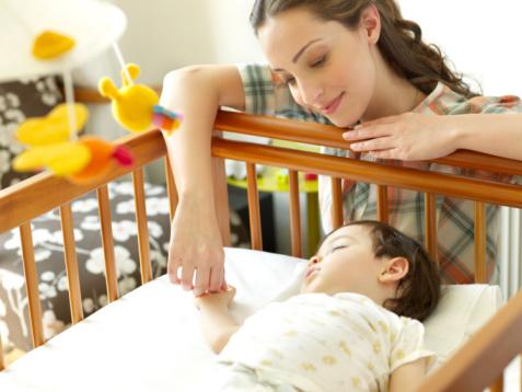 bebe cuna Conciliar el sueño del bebe con canción titulada Hillsong