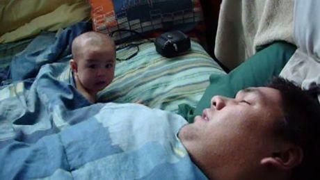 este-bebe-se-asusta-con-los-ronquidos-de-su-padre_1904_w460