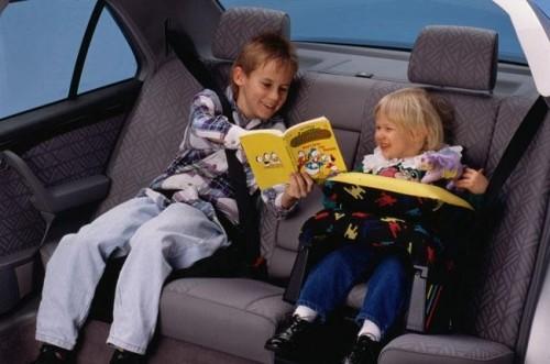 viaje-1-niños-en-auto